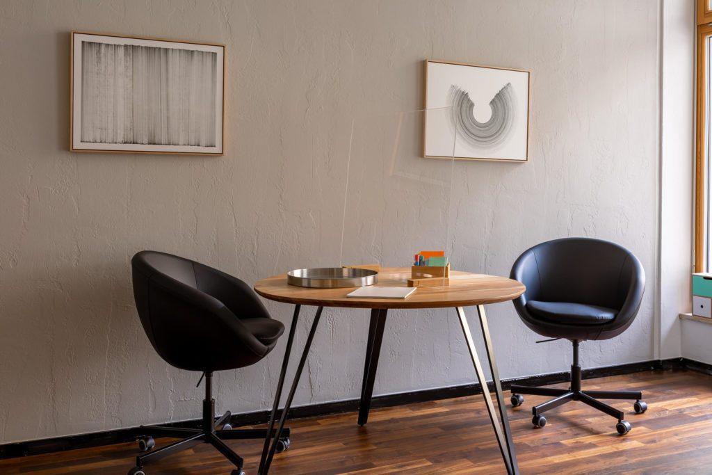 Büroraum mit Arbeitstisch